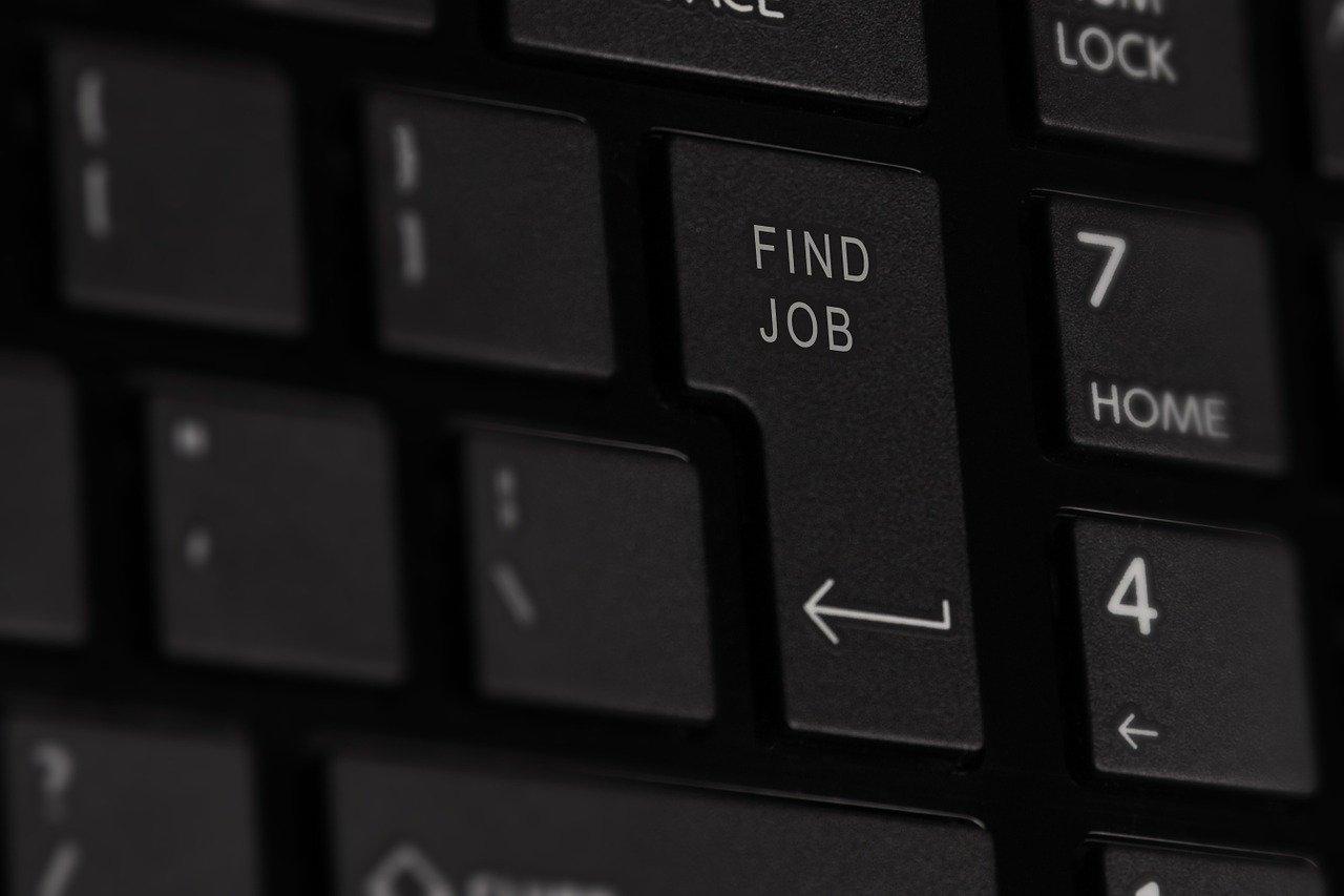 """Studium abbrechen: Ausschnitt einer Computer-Tastatur, bei der auf der Enter-Taste ein """"Find Job"""" hinzugefügt wurde"""
