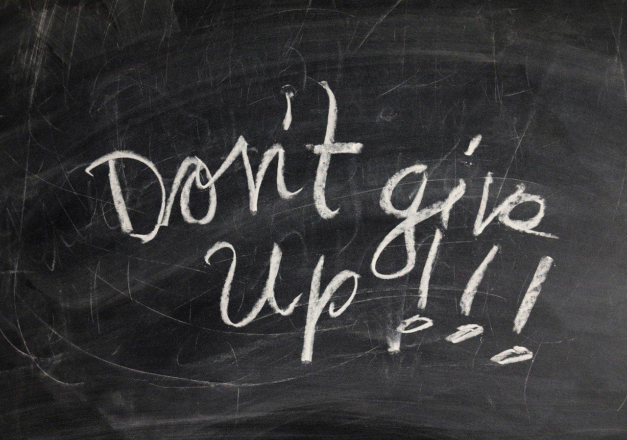 """Studium nicht kurz vor Ende abbrechen: """"Don't give up!"""" mit Kreide auf eine Tafel geschrieben"""