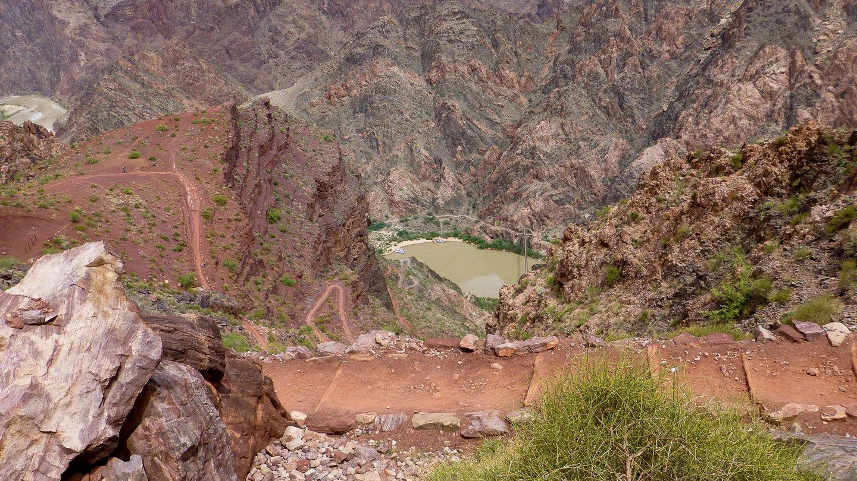 Kaibab Trail: Der Blick in die Tiefe auf das Ziel, der See mit der Brücke ganz klein am Boden, einige Switchbacks auf dem Bild lassen den Weg erahnen