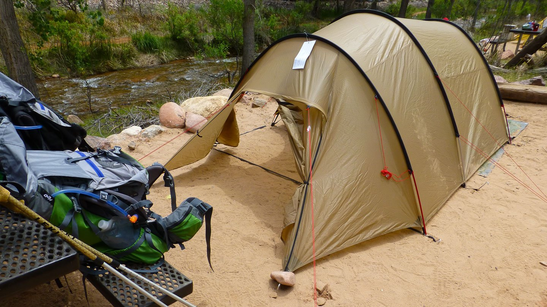 Kaibab Trail: ein braunes Zelt auf dem Camping-Platz am Fluss