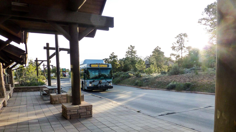 """Kaibab Trail: Ein Bus mit der Aufschrift """"Hikers Express"""" kommt an eine Bushaltestelle gefahren"""