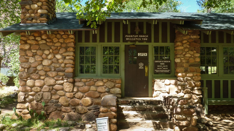Kaibab Trail: Haus aus Feldsteinen als Treffpunkt am Grunde des Gran Canyons