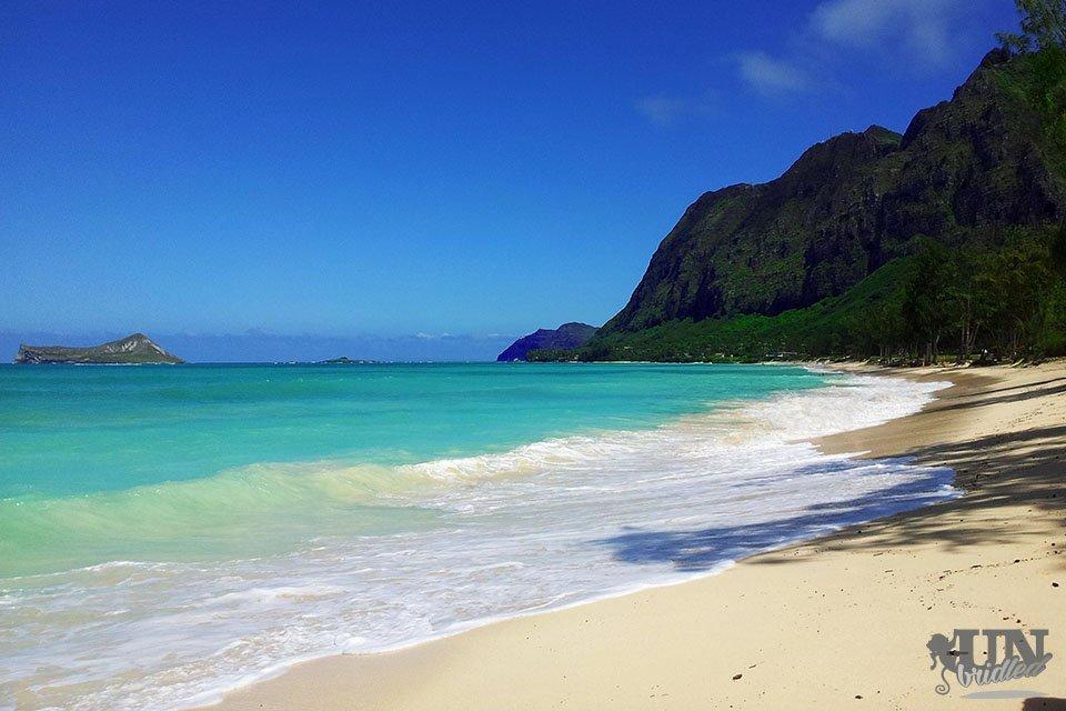 Der Waimanalo Strand: Blaues Meer, weißer Strand, Wellen und grüne Berge