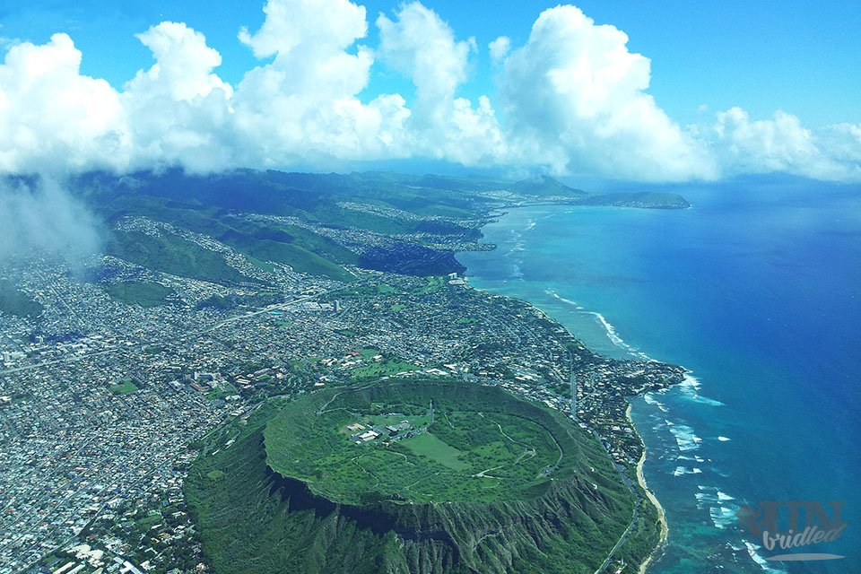 Oahu from above - a flight offers lots of travel reasons: only from this perspective you can see the populated valley, which are go like cascades into the island; in front is the diamond head crater