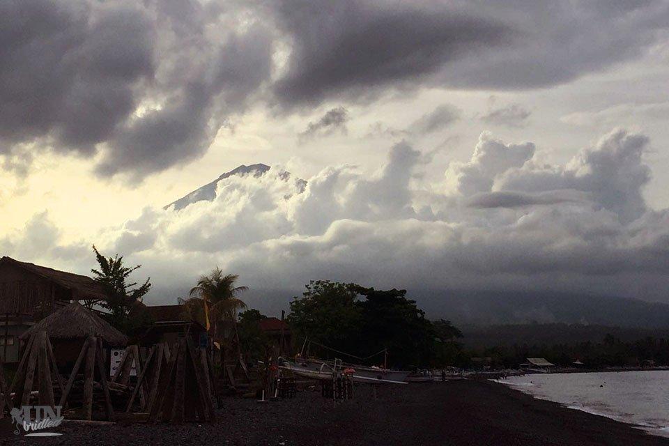 Aktivitäten in Amed drehen sich ums Wasser, aber immer sieht man den Berg Agung.