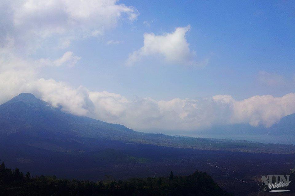 Der Vulkan Batur mit einer alten Lavadecke und dem See ist ein schöner Ausblick für ein Mittagessen!