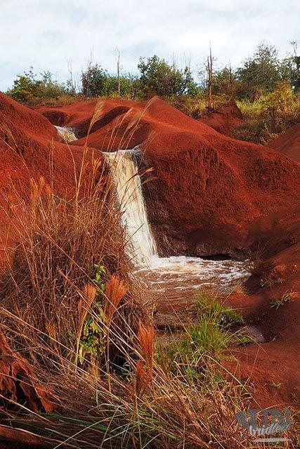 Wasserfall in einer roten Landschaft