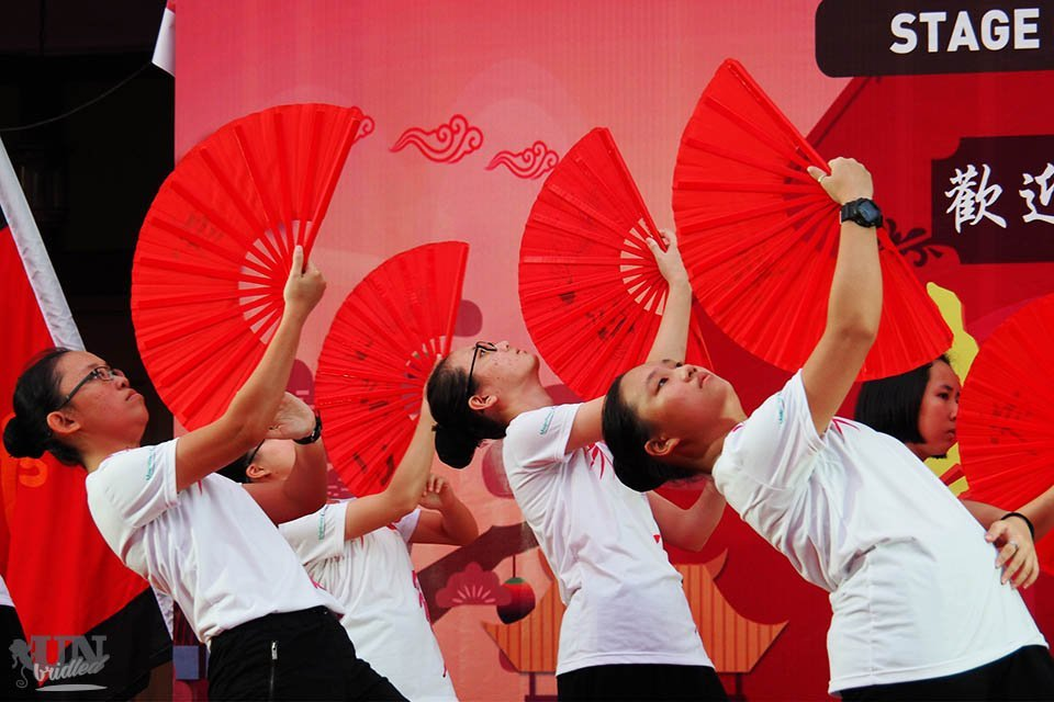 Fächertanz mit roten Fächern zum Chinesischen Neujahr in Penang