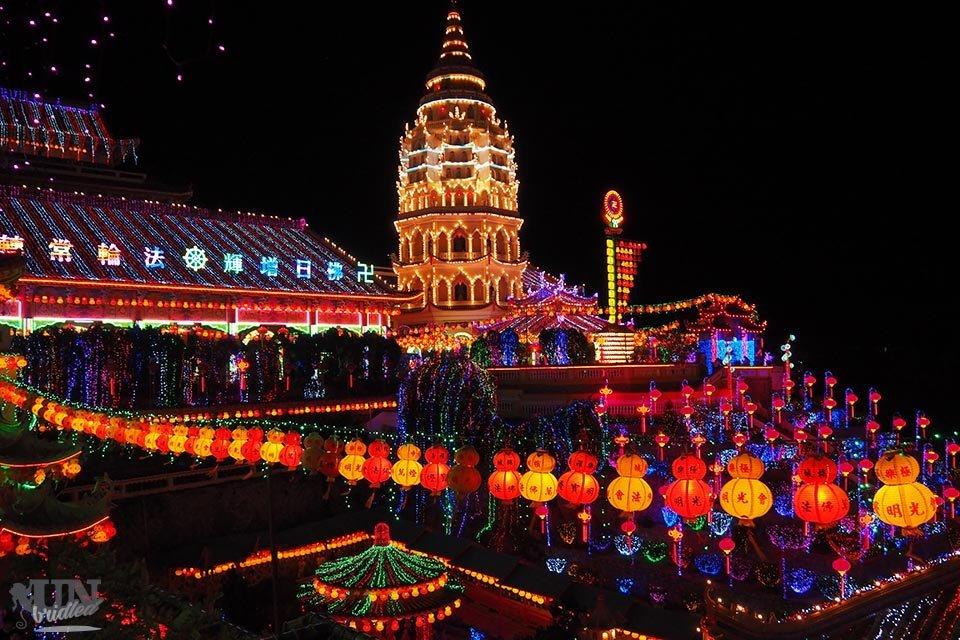 Der erleuchtete Kek Lok Si Tempel in Penang bei Nacht