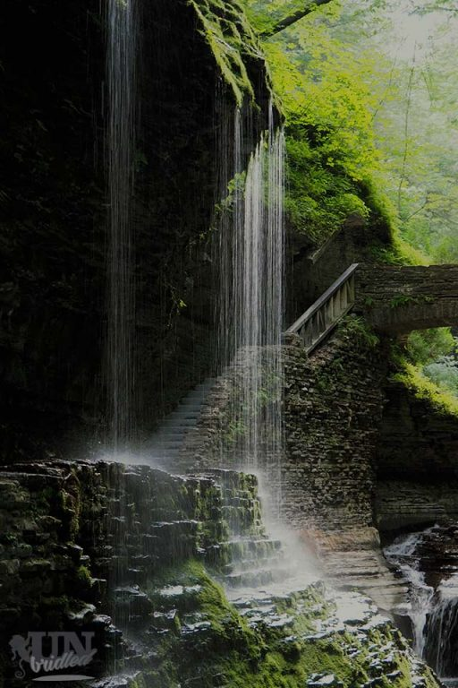 Wasserfall und Brücke im Watkins Glen State Park, New York