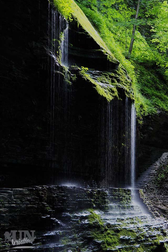 Kleiner Wasserfall über dem Wanderpfad im Watkins Glen State Park