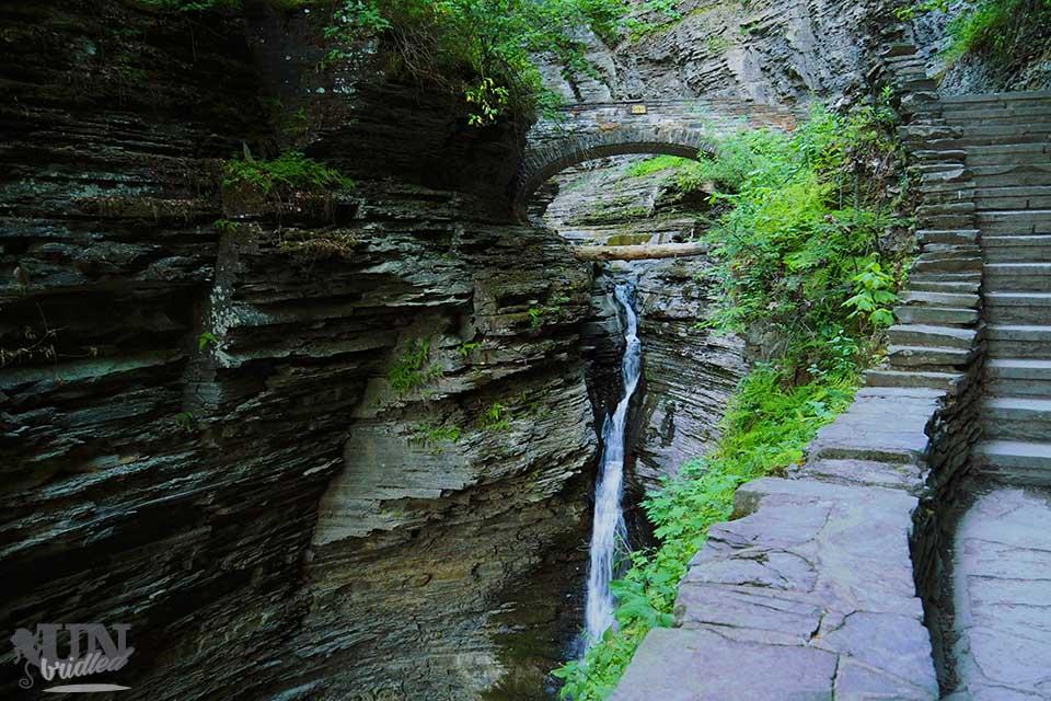 Kleiner Wasserfall und Brücke im Watkins Glen State Park