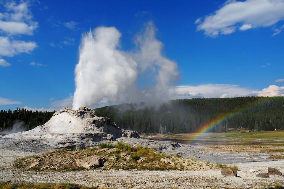 Regenbogen beim Castle Geysir, Yellowstone