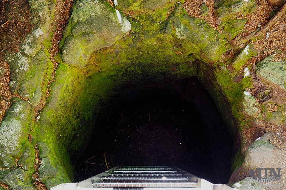 Ein Lava Tunnel im Gifford Pinchot National Forest durch den man durchkrabbeln kann