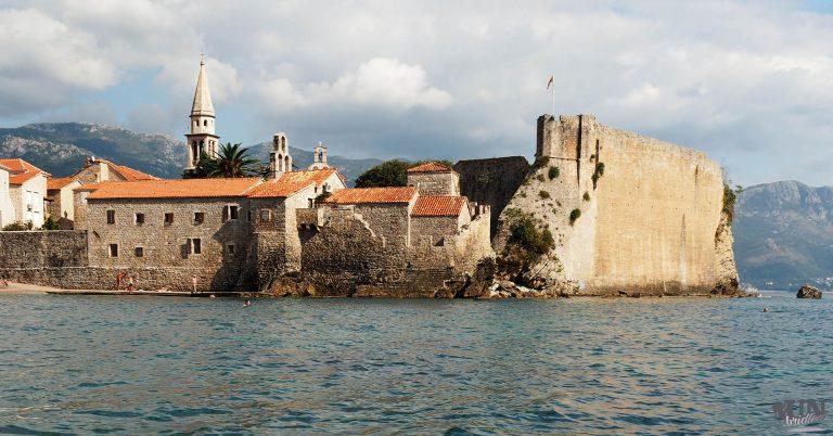 Mediterrane Altstadt umrandet von Meer und Bergen - Budva, Montenegro
