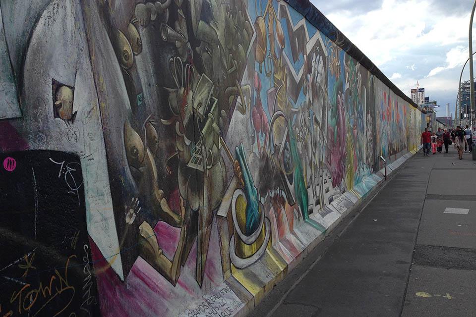 Teil der Berliner Mauer mit Street Art