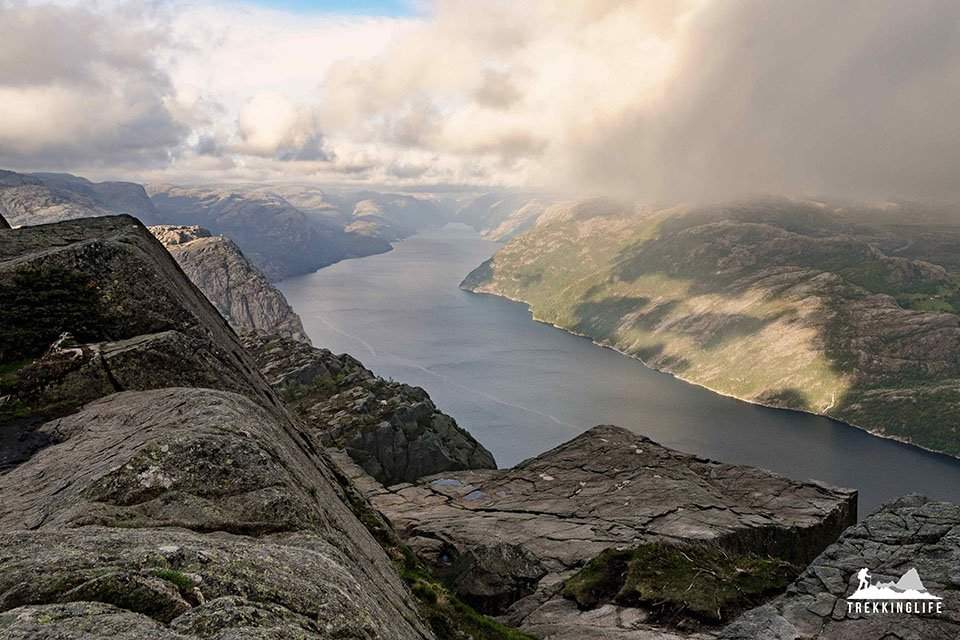 Blick auf den Preikestolen und den Lysefjord - Norwegen ist eines der besten Reiseziele für Outdoor-Junkies in 2018