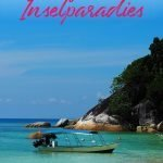 Boot in türkis-blauem Wasser mit dem Text: Flora Baz Resort & Dive Shop - Perfektes Inselparadies