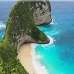 Strand an der Küste mit türkis-blauem Wasser und dem Text: Nusa Penida Tagesausflug