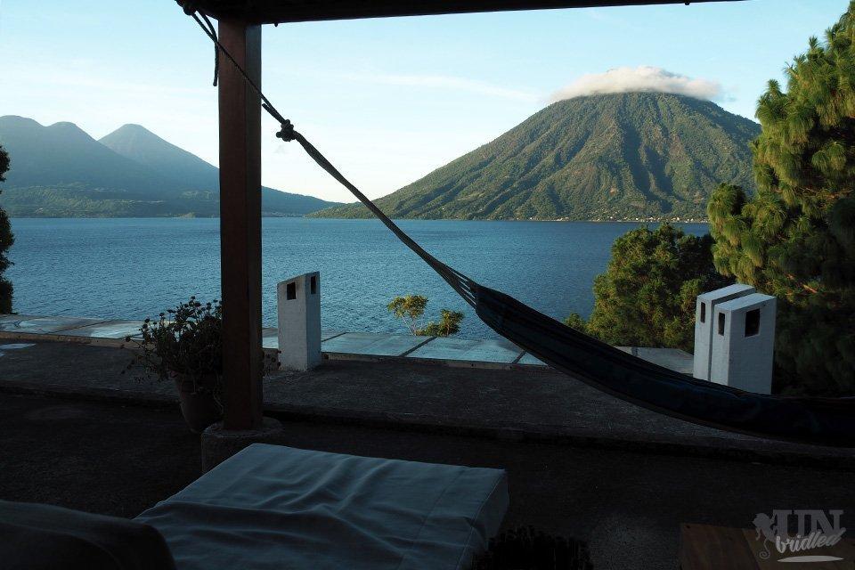 Hängematte und Liege auf einer Dachterrasse mit Ausblick auf die Berge und den Atitlan-See in Guatemala