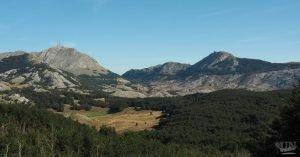 Ausblick auf die höchsten Berge von einem Wanderweg im Lovcen Nationalparknal Park