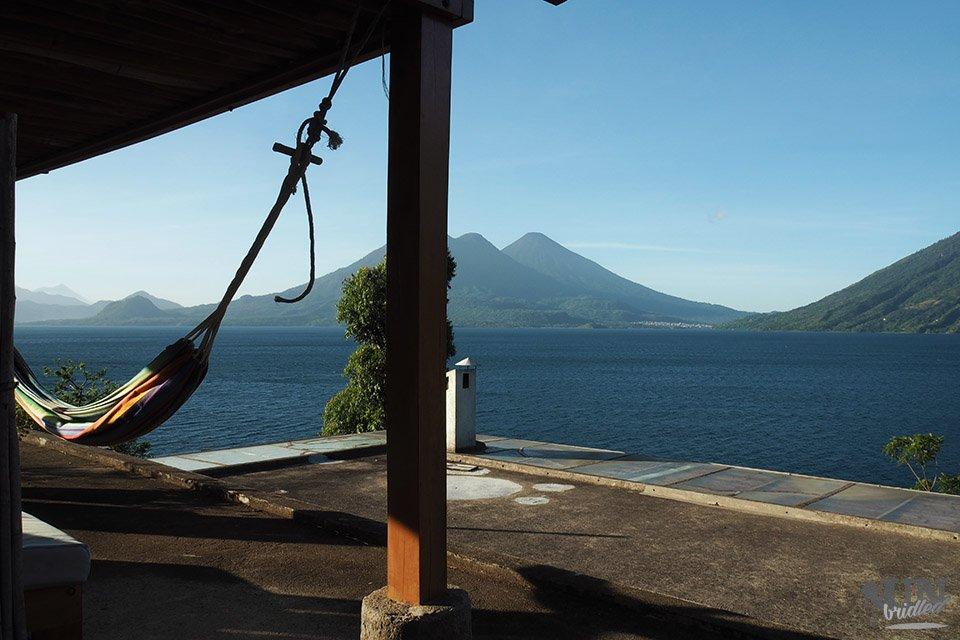 Ausblick auf den Lago de Atitlan in Guatemala von der Dachterrasse