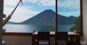 Ausblick von einem Apartment auf den Atitlan-See und den Vulkanen in Guatemala