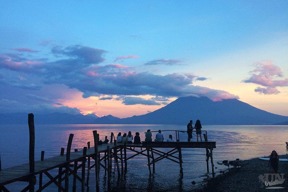 Sonnenuntergang mit einem Steg am Atitlan-See in Guatemala