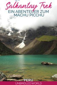 Türkiser Bergsee mit dem Text: Salkantay Trek - Ein Abenteuer zum Machu Picchu