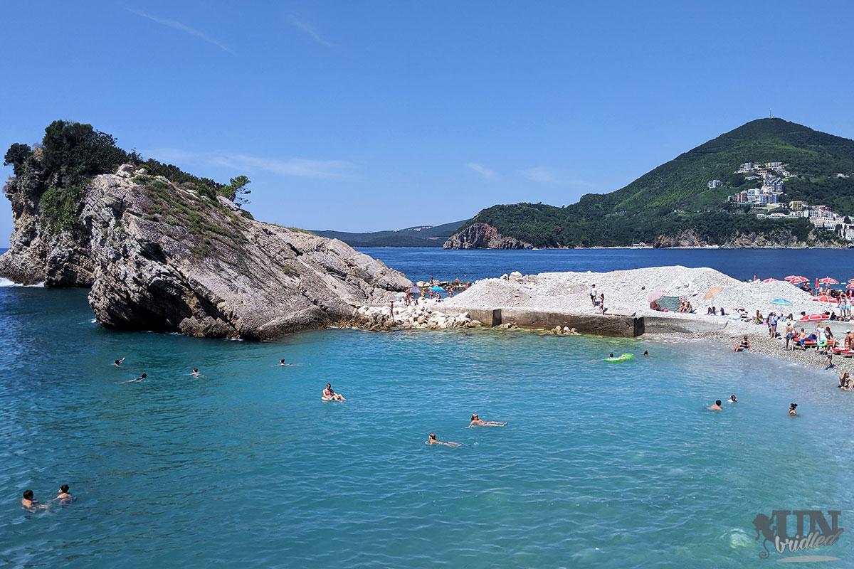 Hawaii Strand mit blauem Wasser auf einer Insel in der Nähe von Budva in Montenegro
