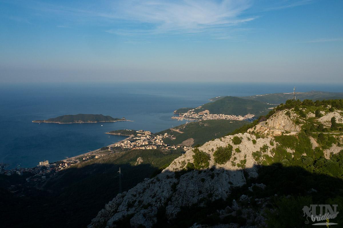 Budva mit Küste und Bergen aus der Vogelperspektive