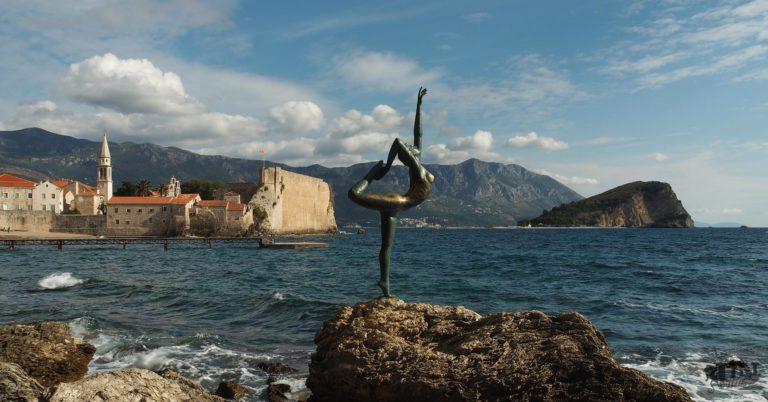 Foto von der Altstadt in Budva und Küste mit der Ballerina Statue im Vordergrund