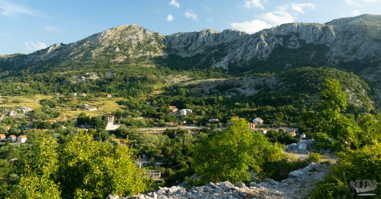 Berglandschaft von einem Wanderweg bei Budva